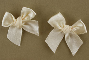 Pack of 50 3cm Bows. Cream.