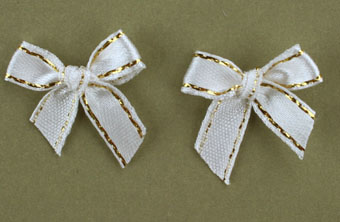 Pack of 100 2cm Bows. White and Gold.