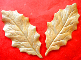 100 Holly Leaves 6cm Gold.