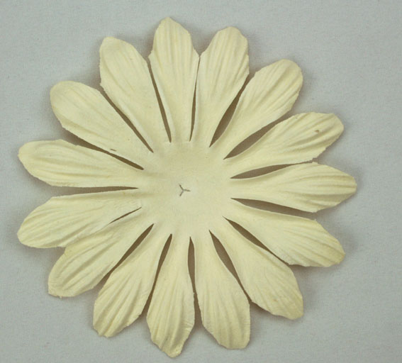 10cm petals, Ivory. Pack of 25.