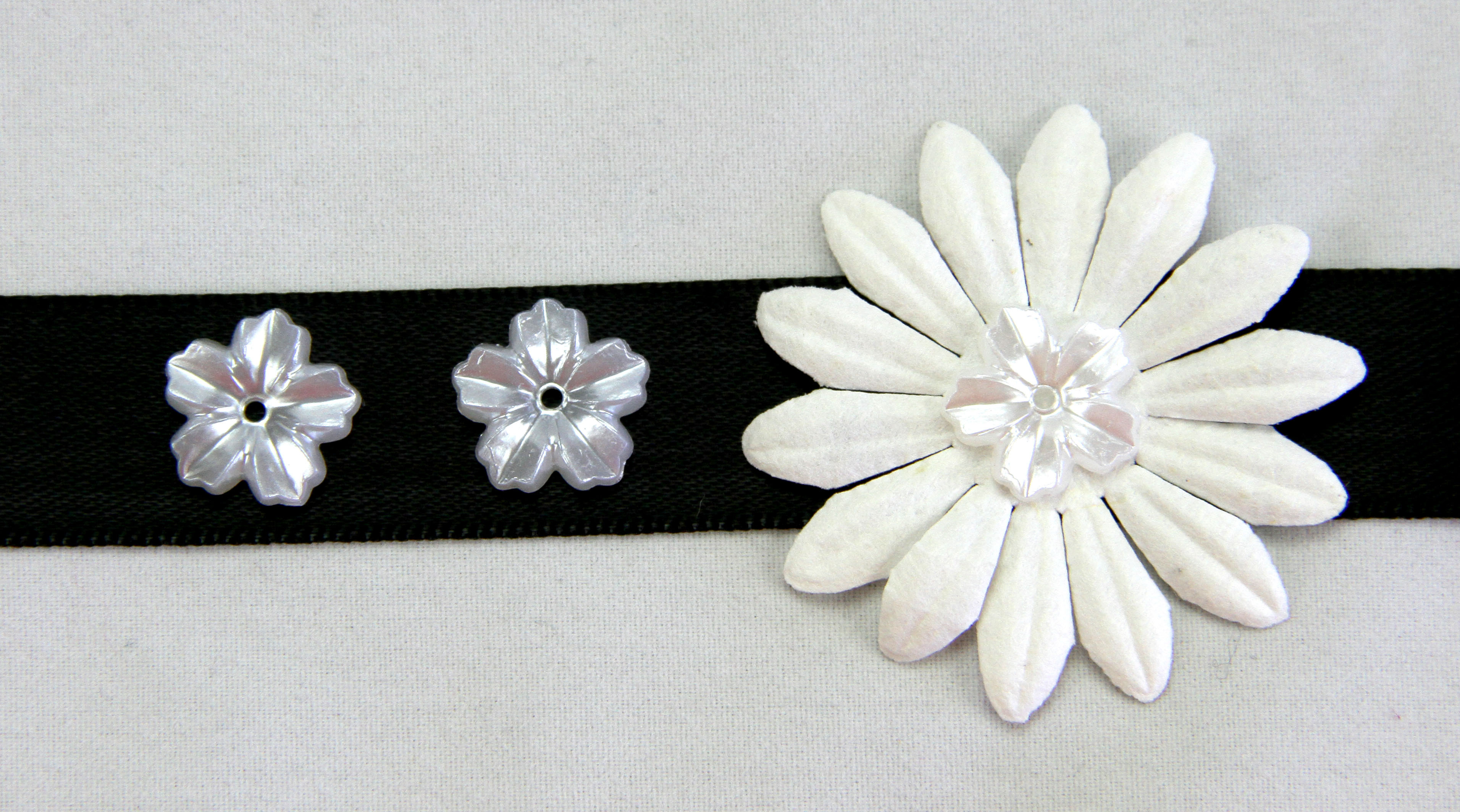 100 Pearl Flowers 1.3cm White